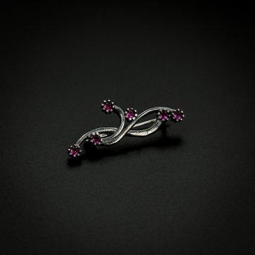 Серебряная брошь Завитки (фианит малиновый)