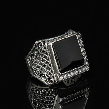 Кубачинское серебряное кольцо-печатка с филигранью ручной работы (камень - оникс, циркон)