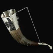 Кавказский рог бычий рифленый с пиалой (отделка - мельхиор и камни-медальоны) арт.10108