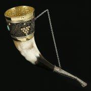 Кавказский рог бычий рифленый (отделка - латунь, эмаль и камень - медальон) арт.10842