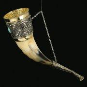Кавказский рог бычий рифленый (отделка - латунь, мельхиор, эмаль и камень - медальон) арт.10843