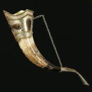 Кавказский рог бычий рифленый (отделка - латунь, мельхиор и камни - медальоны) арт.10849