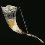 Кавказский рог бычий рифленый (отделка - мельхиор, эмаль и камни - медальоны) арт.10851