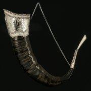 Элитный рог буйвола рифленый (отделка - мельхиор и камни - медальоны) арт.10855