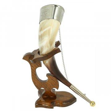 Бычий рог на деревянной подставке