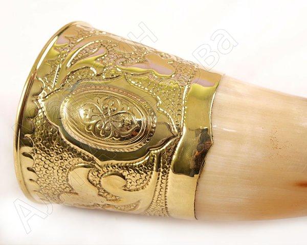 Подарочный рог бычий латунный с росписью и медальоном средний