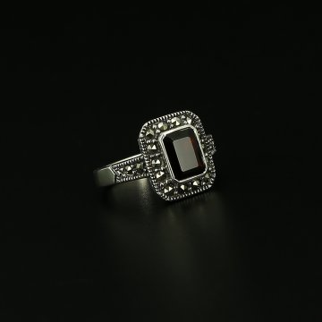 Серебряное кольцо (гранат, марказит)