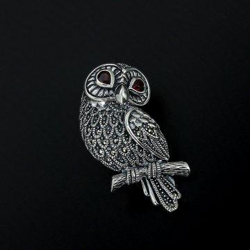 Серебряная брошь Сова (марказит, гранат)
