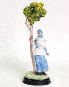 """Подарочная статуэтка ручной работы """"Горянка у дерева"""" (обожженная глина)"""