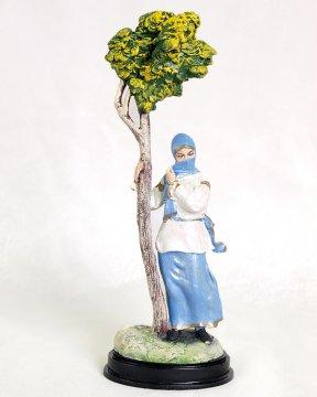 Подарочная статуэтка Горянка у дерева (обожженная глина)