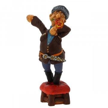 """Подарочная статуэтка ручной работы """"Горец на табурете"""" (обожженная глина)"""