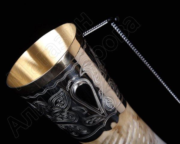 Кавказский рог бычий рифленый (отделка - мельхиор и камни-медальоны)