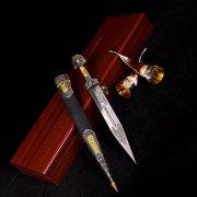 Кубачинский подарочный набор (кинжал с позолоченными вставками и 2 бычьих рога) арт.2927
