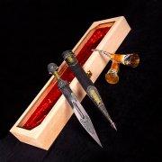Кубачинский подарочный набор №5: кинжал с позолоченными вставками и 2 бычьих рога