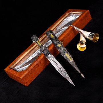 Кубачинский подарочный набор №6: кинжал с позолоченными вставками и 2 бычьих рога